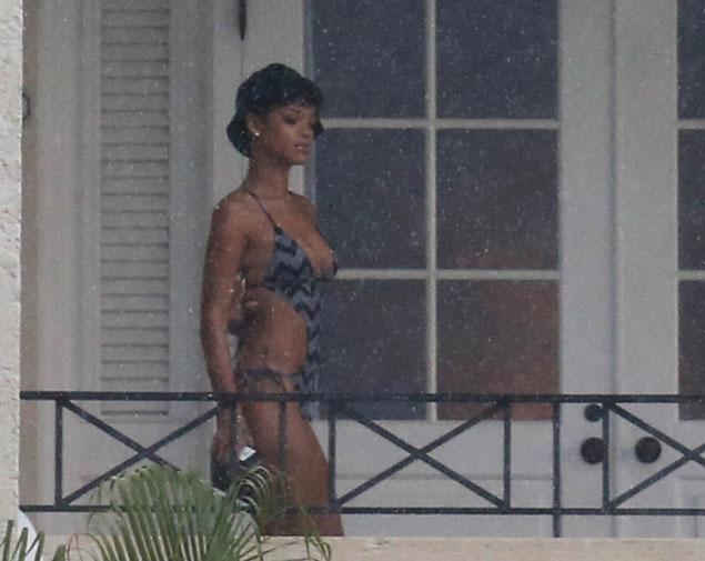 Nue sur le balcon de mon hotel au centre de madrid 4