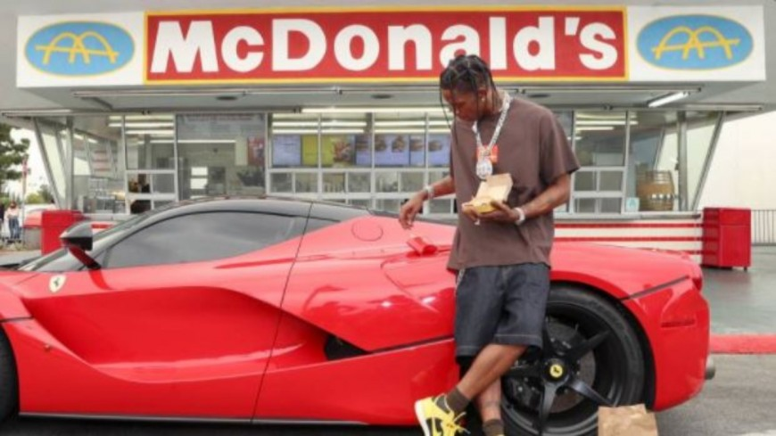 Travis Scott célèbre sa collaboration avec McDonald's avec des fans