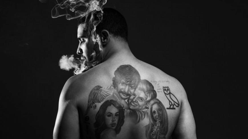 Quand Drake se fait tatouer la tête de ?