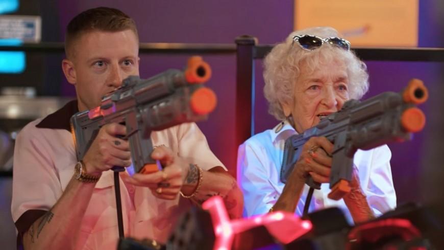 Macklemore fête les 100 ans de sa grand-mère dans ''Glorious'' !