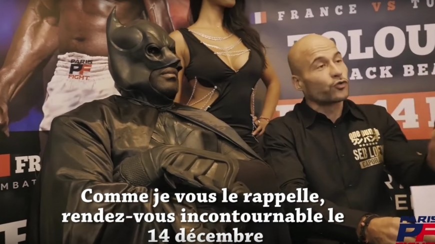 Patrice Quarteron débarque en Batman lors de sa conférence de presse !