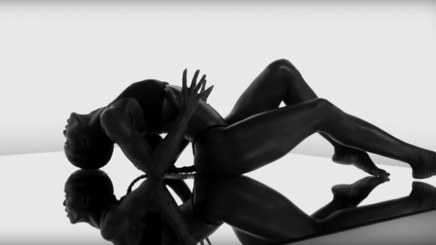 """Saint Jhn et Lenny Kravitz lâchent l'hypnotisant clip de """"Borders""""!"""