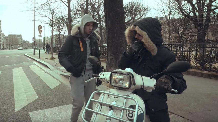 """Sifax arrive en scooter dans """"Faut que tu payes"""""""