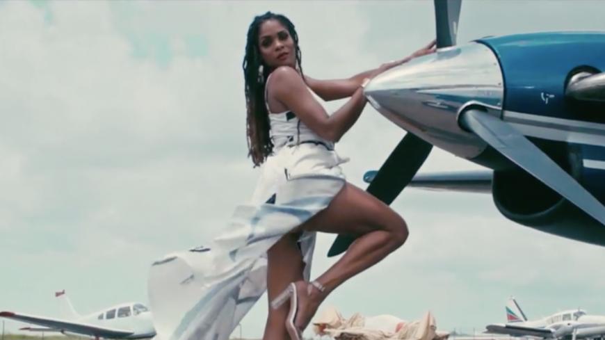"""Rachelle Allison est piquée dans son nouveau clip """"Pitché"""" avec Matieu White"""