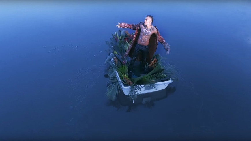 August Alsina s'entoure de sirènes dans ''DRUGS'' !