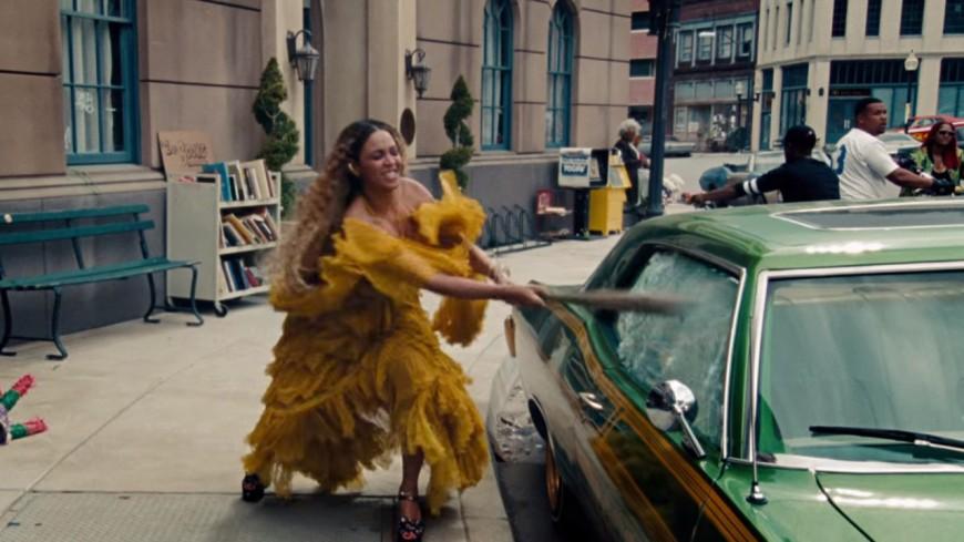 Beyoncé, douce et furieuse dans ''Hold Up'' !