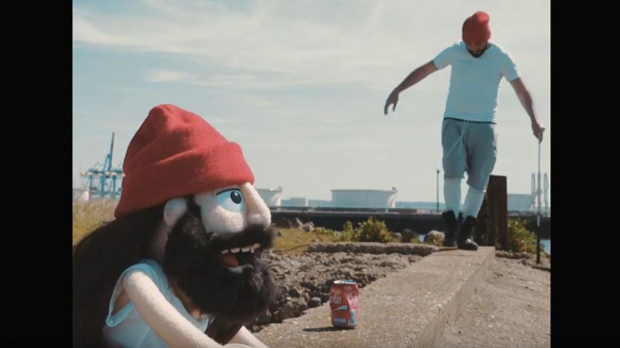Brav fait rapper sa poupée dans le clip ''Delirium Tremens'' !
