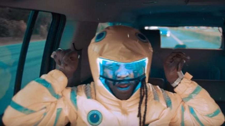 Chief Keef balance le clip de ''Awesome'' depuis l'arrière de sa caisse !