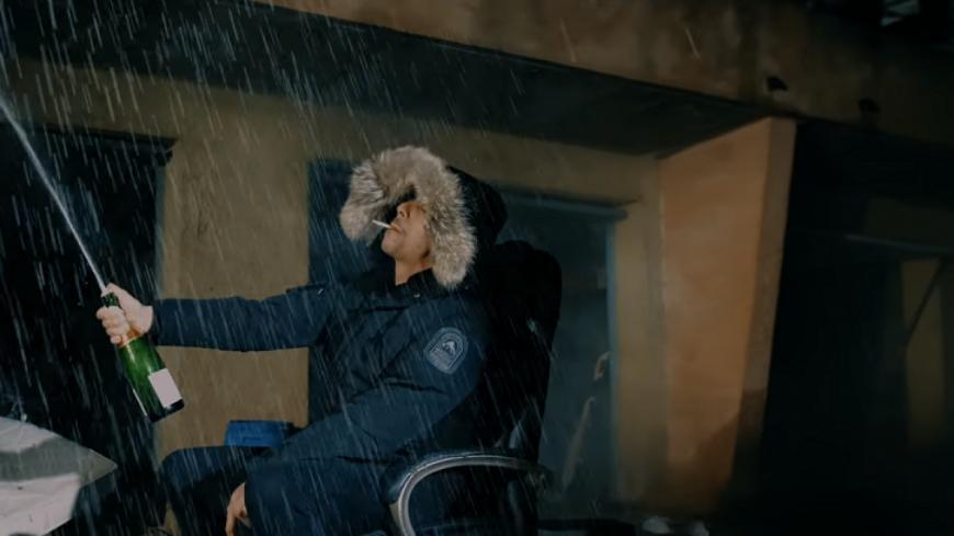 Hooss fout le ''Darwa'' avec du champagne dans son nouveau clip!