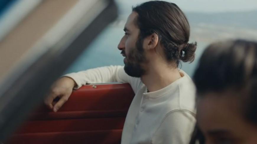 """Lomepal balance le clip poignant de """"Trop beau"""" !"""