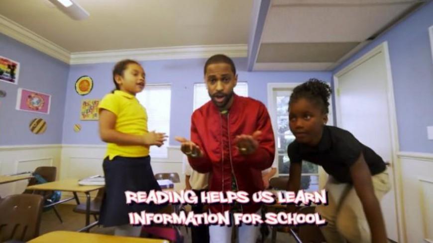 Big Sean chante avec des enfants de l'école élémentaire