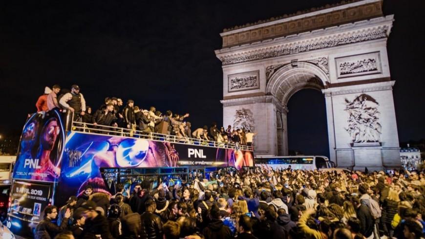 PNL diffuse ses morceaux en direct sur les Champs-Elysées !