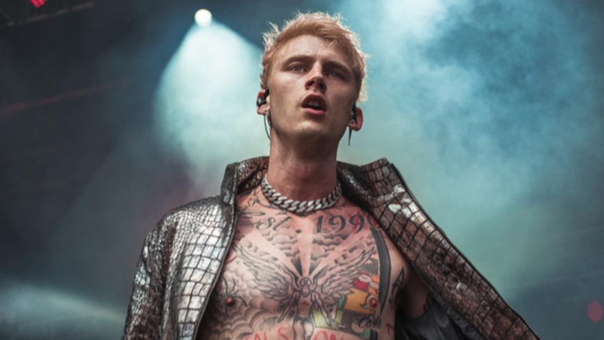 """Machine Gun Kelly dévoile la date de sortie de """"Hotel Diablo""""... et un tatouage !"""