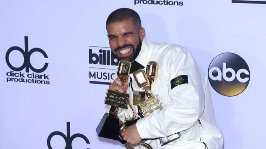 Drake fête son titre d'artiste de la décennie en louant un stade !