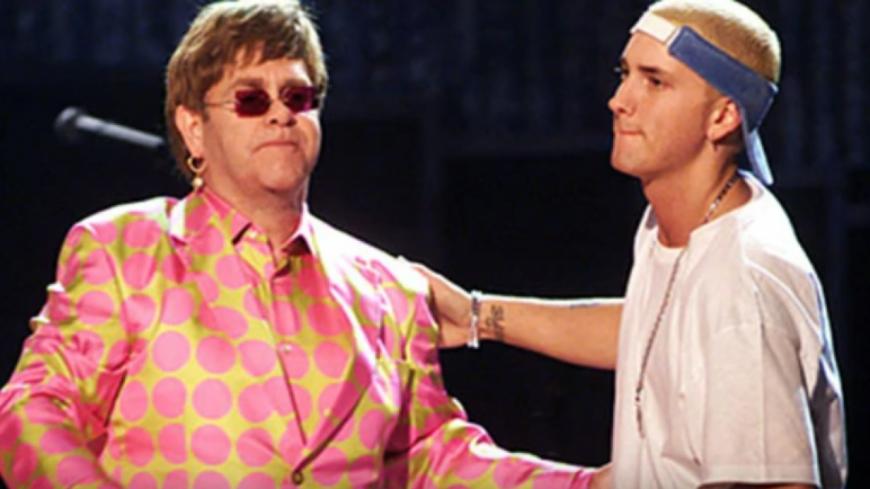 Elton John défend Eminem contre MGK !