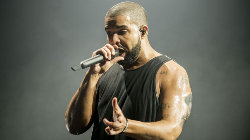 Drake recadre un fan en plein concert !