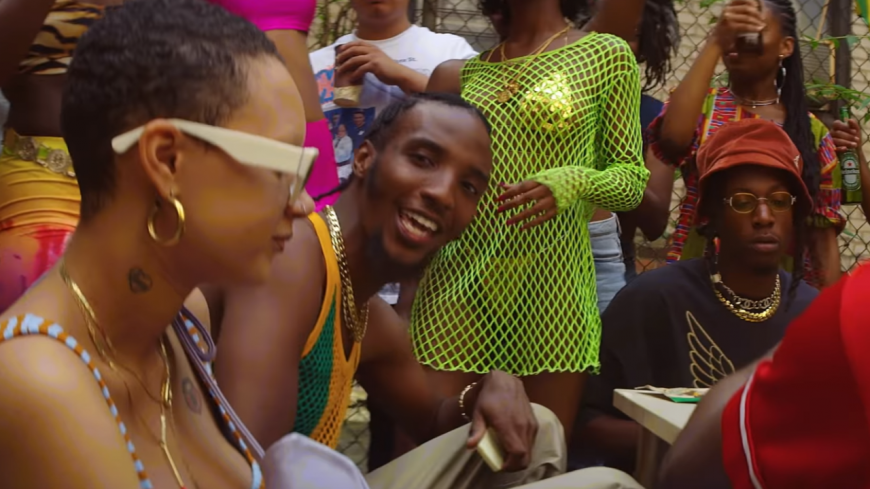 "CJ Fly et Joey Bada$$ célèbrent la culture caribéenne dans ""Rudebwoy"" !"